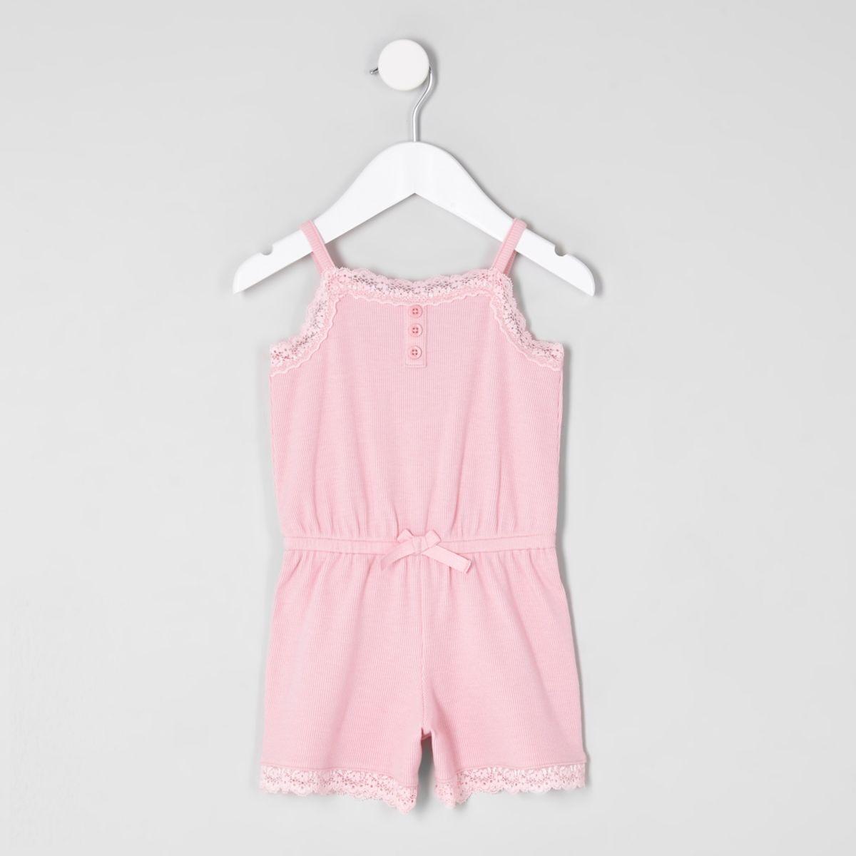 PInker Pyjama-Playsuit mit Spitzenbesatz