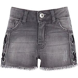 Short en jean noir délavé à œillets pour fille