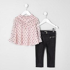 Outfit mit geflocktem Oberteil und Jeans