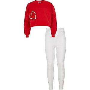 Outfit mit rotem, verziertem Sweatshirt
