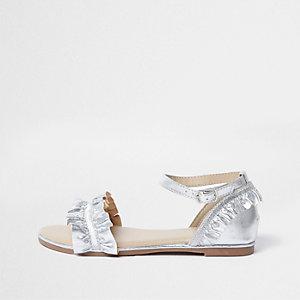 Sandalen mit gerüschten Riemen in Silber-Metallic