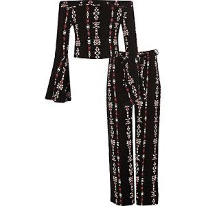 Outfit mit schwarzer Palazzo-Hose und Aztekenmuster