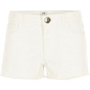 Weiße Jeansshorts mit Fransen