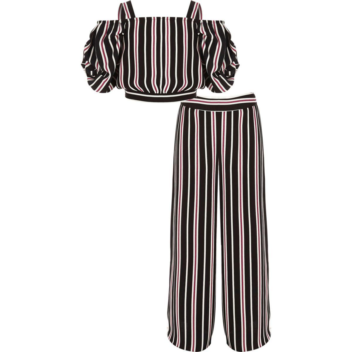 Outfit mit Hose mit weitem Beinschnitt und gestreiftem Oberteil
