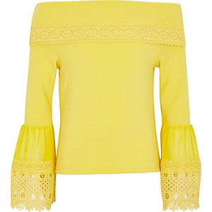 Gele bardottop met klokkende mouwen en kanten bies voor meisjes