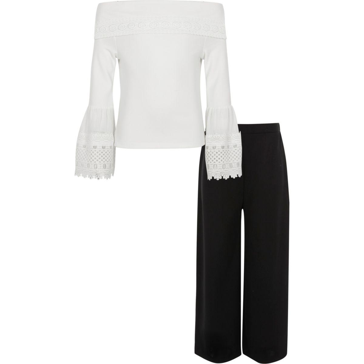 Weißes Outfit aus Spitzenoberteil und Hose