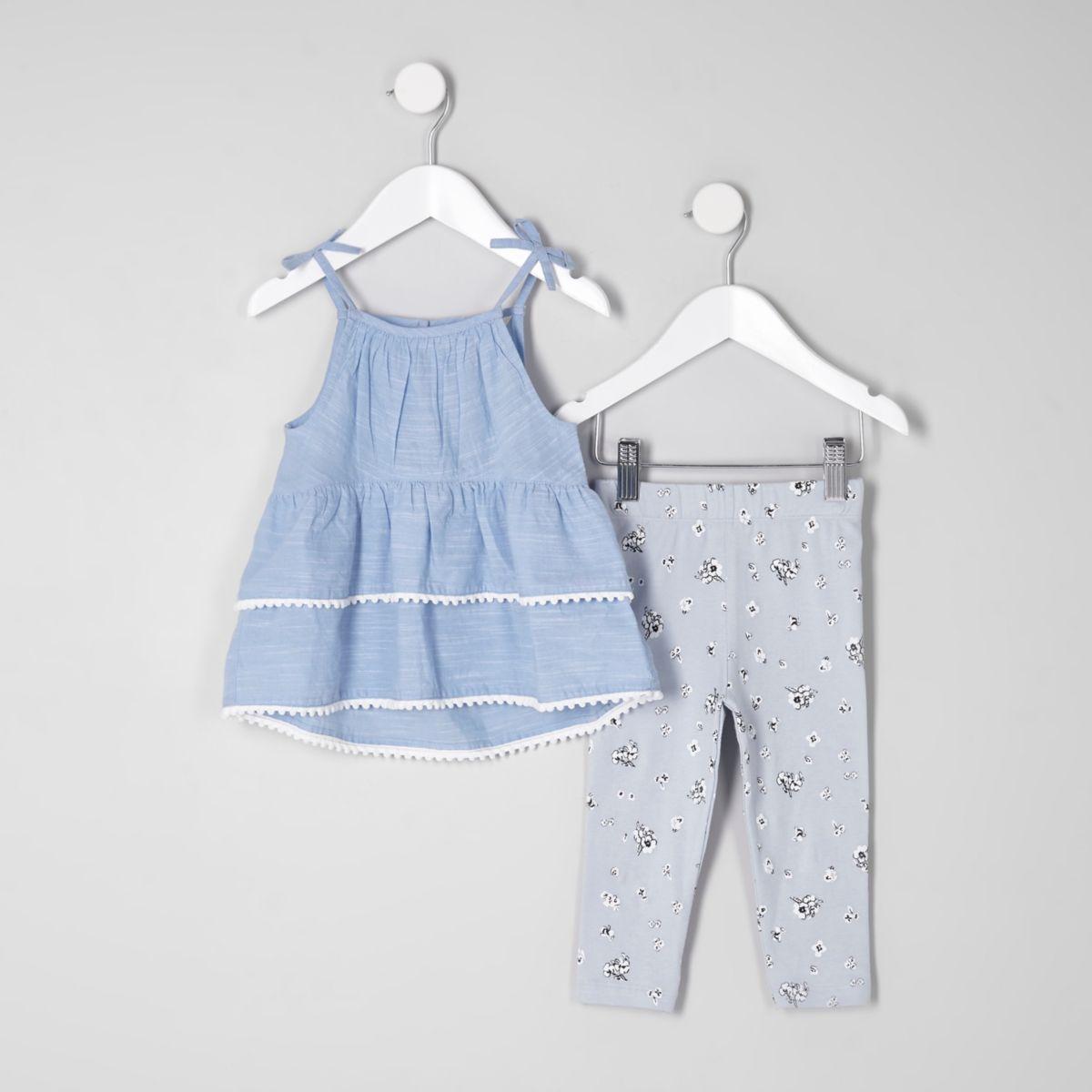 Outfit mit blauem Trägertop im Stufendesign