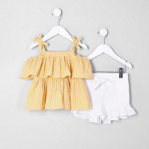 Outfit mit gelbem Oberteil und Shorts