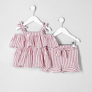 Outfit mit rotem, gestreiftem Camisole und Shorts