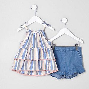 Outfit aus blauem Trägertop und Shorts