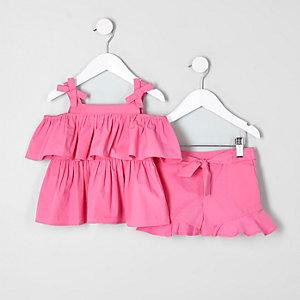 Outfit mit pinkem Bardot-Oberteil und Shorts