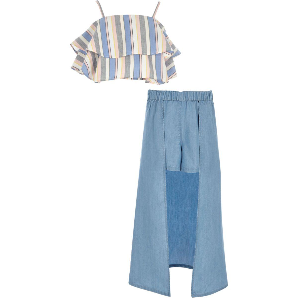 Outfit mit blauem, gestreiftem Oberteil und Skort