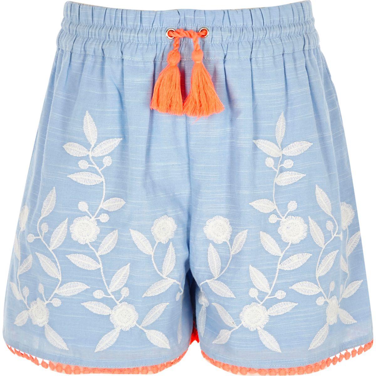 Blaue, bestickte Shorts