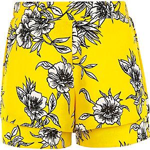 Gele dubbelgelaagde short met bloemenprint voor meisjes