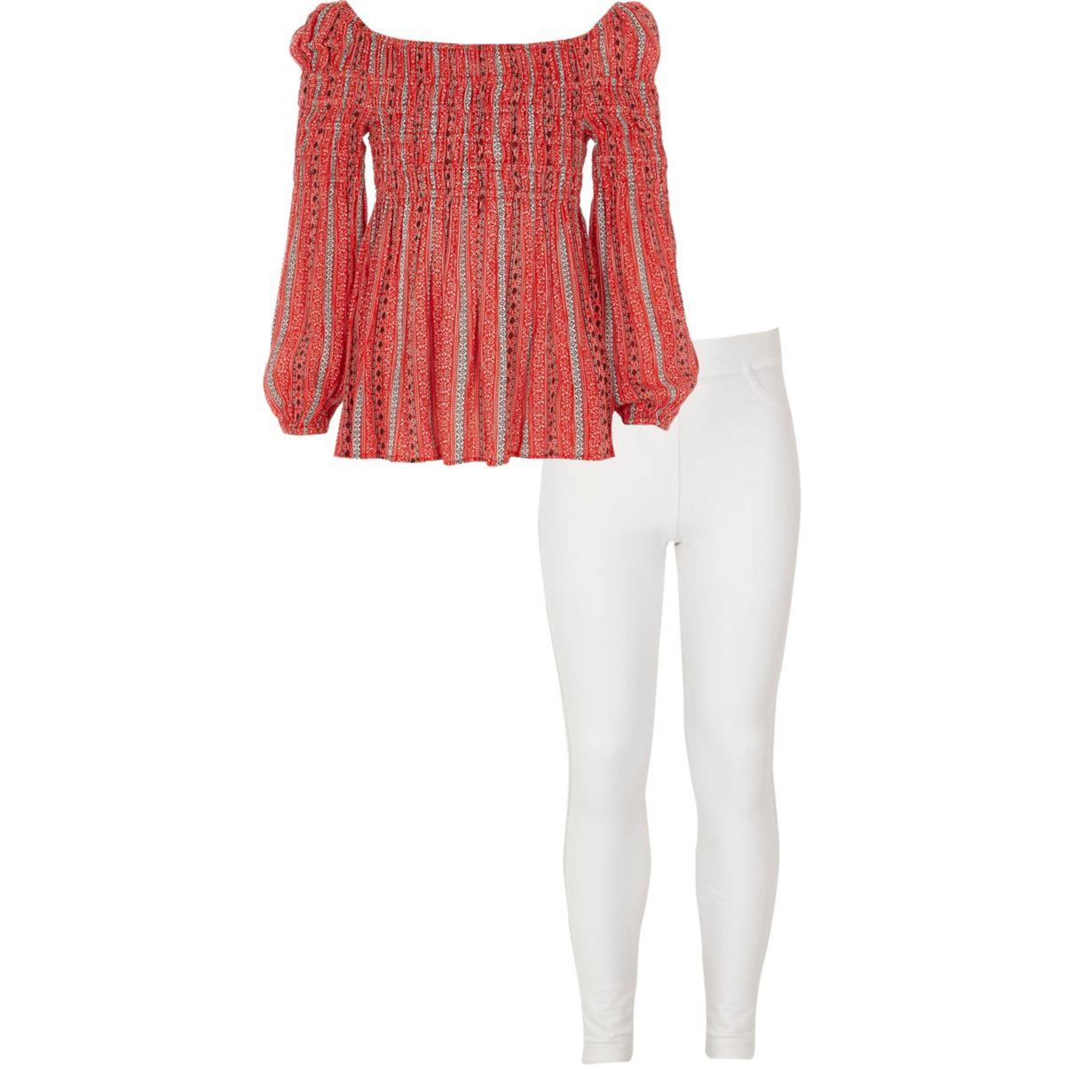 Outfit mit Bardot-Oberteil und Leggings
