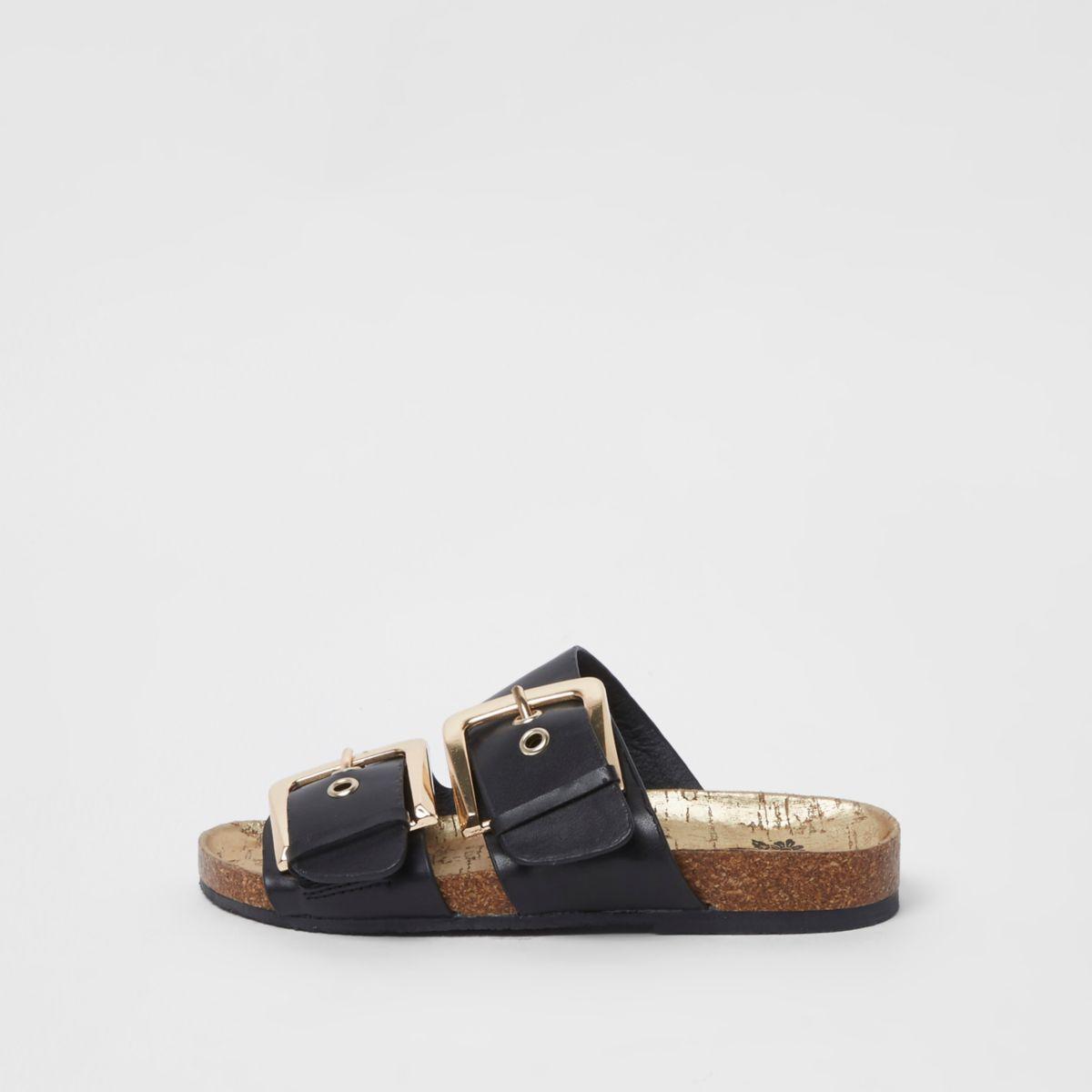Schwarze Sandalen mit zwei goldfarbenen Schnallen