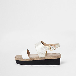 Weiße, flache Sandalen mit Schlangenlederoptik