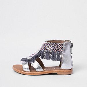 Silberne Sandalen mit Fransenverzierung