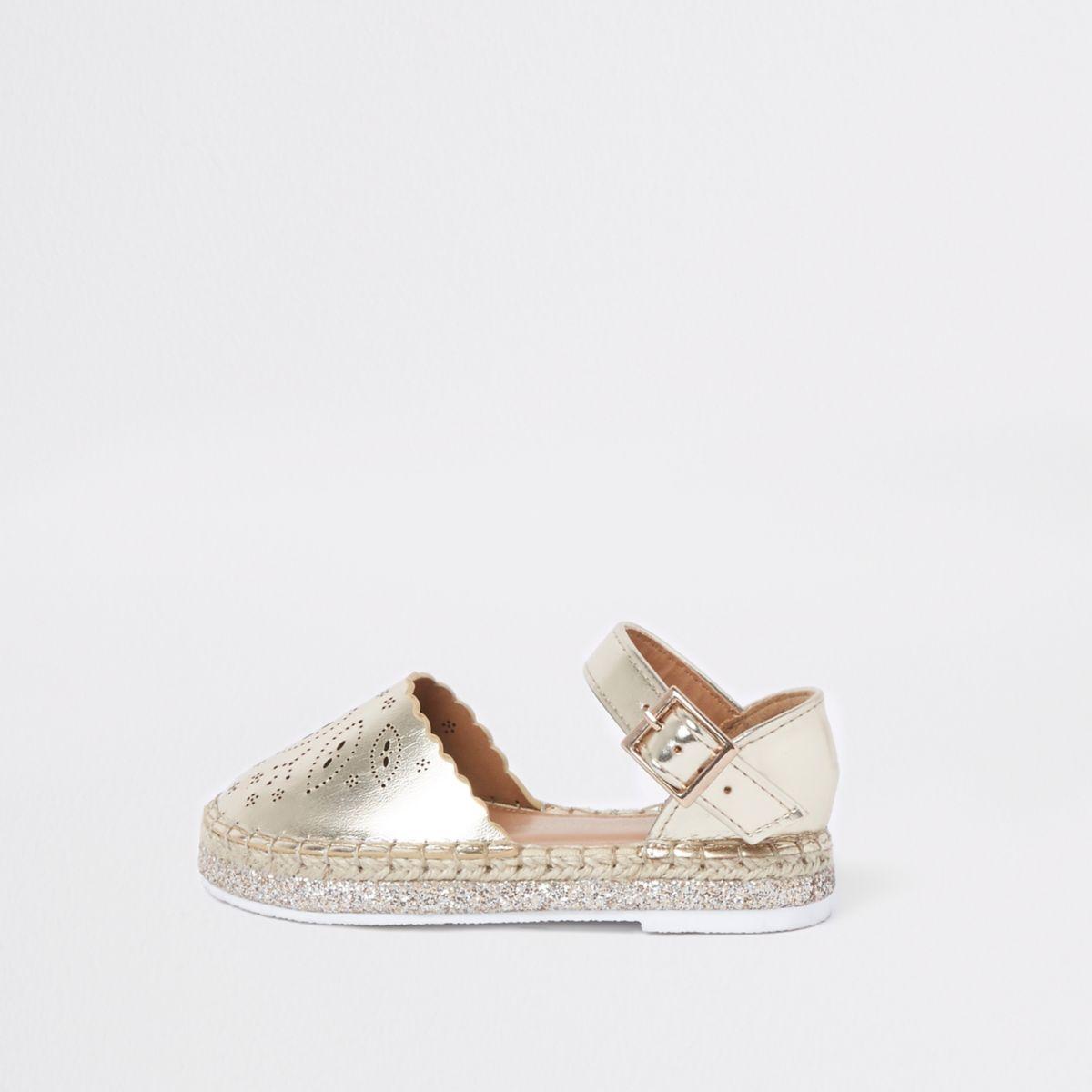 Goldene Espadrille-Sandalen mit Laserschnittmuster