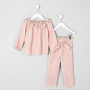 Rosa Bardot-Oberteil und Hose als Outfit