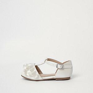 Schuhe in Creme mit T-Steg
