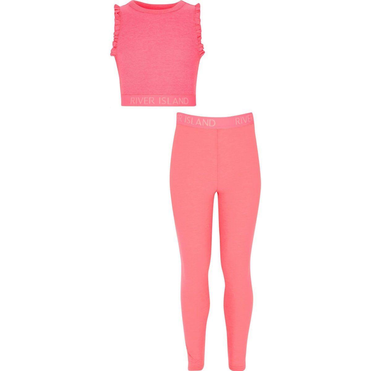 Outfit mit pinkem Crop Top und Leggings