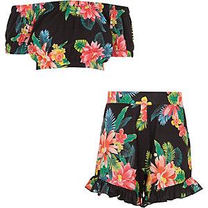 Schwarzes Outfit mit Shorts mit tropischem Print