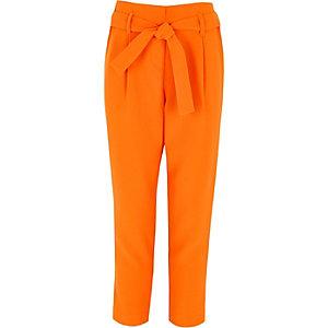 Oranje smaltoelopende broek met strik in de taille voor meisjes