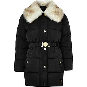 Schwarzer Mantel mit Gürtel und Kunstfellkragen