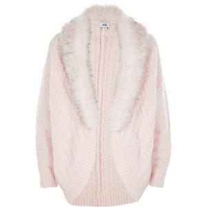Cardigan en tricot torsadé rose avec fausse fourrure fille