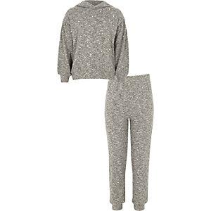 Outfit mit grauem, perlenverziertem Hoodie