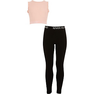 Outfit met roze crop top met RI-logo en ruches