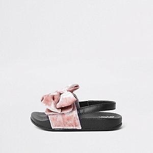 Pinke Slipper mit Fersenriemen und Samtschleife