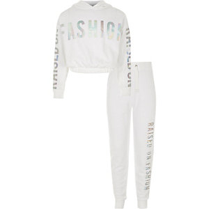 "Outfit mit weißem Hoodie ""Raised on Fashion"""