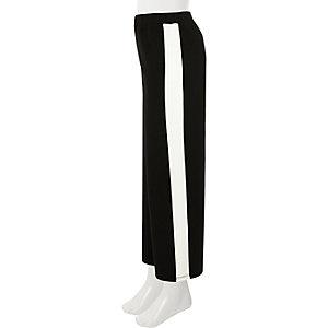 Schwarze, gestreifte Hose mit weitem Beinschnitt