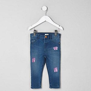 Amelie – Blaue, paillettenverzierte Jeans mit Aufnäher