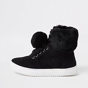 Schwarze Sneaker mit Kunstfell