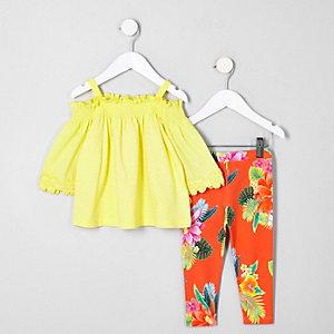 Outfit aus gelbem Bardot-Oberteil und Leggings