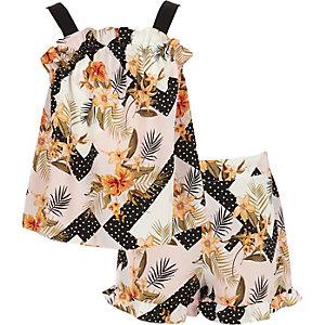 Outfit met witte cami met ruches en bloemenprint