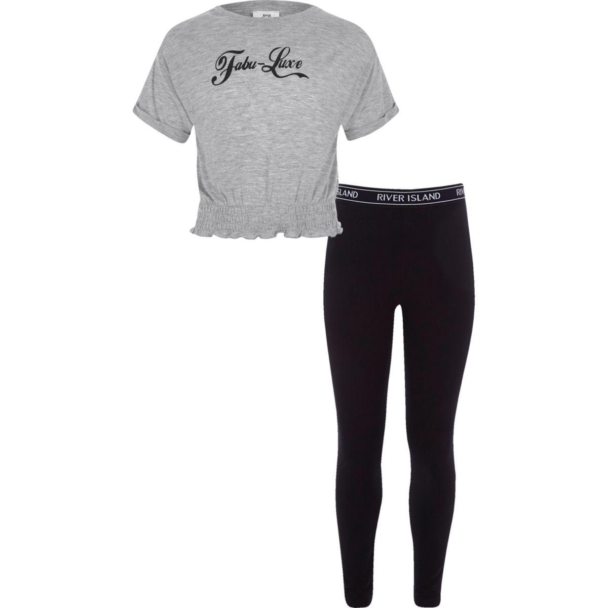 Outfit mit grauem T-Shirt und Leggings