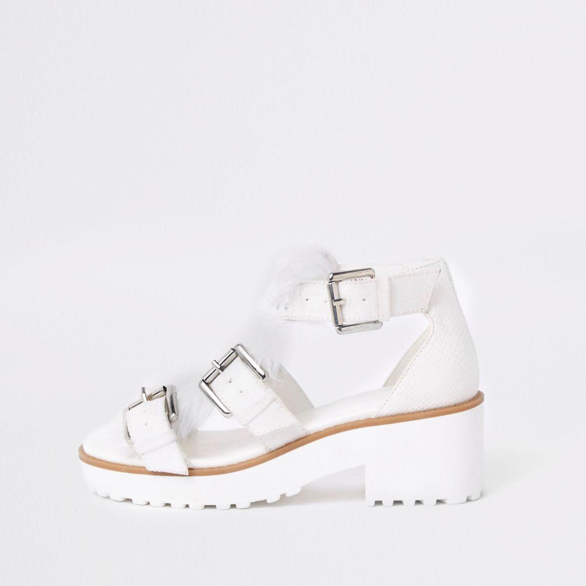 Weiße, grobe Sandalen mit Fellbesatz