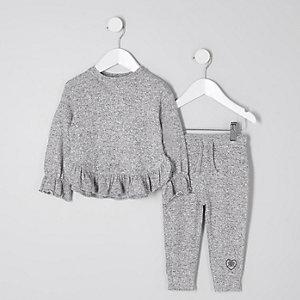 Outfit mit grauem, geripptem Rüschenoberteil