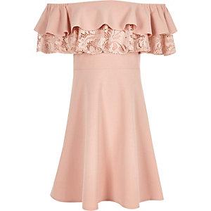 Robe Bardot rose avec double volant en dentelle fille