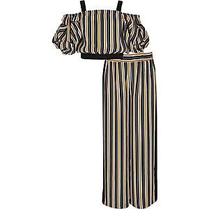 Outfit mit marineblau gestreiftem Bardot-Oberteil