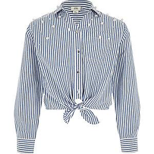 Blaues, gestreiftes Hemd zum Binden