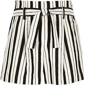 Weiß gestreifte Shorts zum Binden