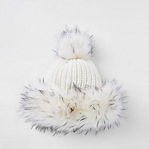 Mütze in Creme mit Kunstfellbesatz