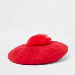 Rote Baskenmütze mit Bommel