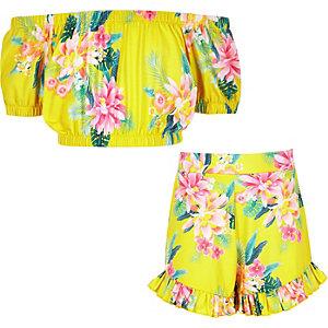 Outfit met gele crop top in bardotstijl met tropische print voor meisjes