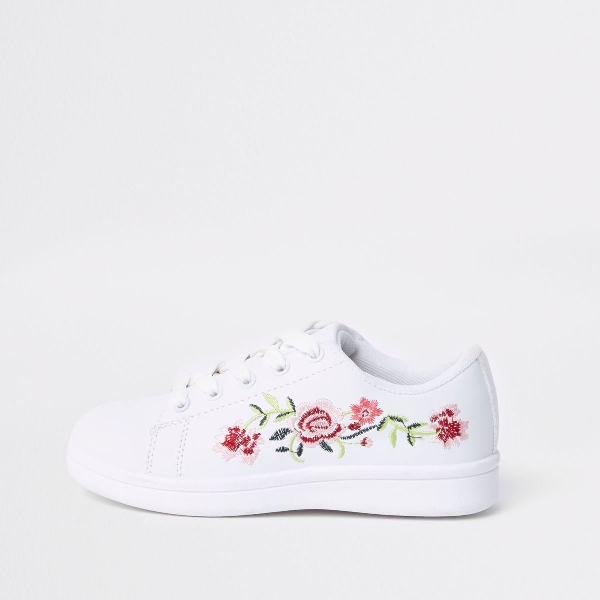 Weiße Plimsolls mit Blumenstickerei